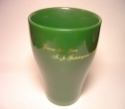 Keramikinis, žalios spalvos puodelis auksiniu užrašu.